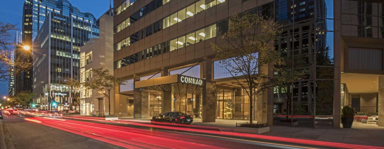 Conrad Chicago Hotel, USA – Eingang bei Nacht