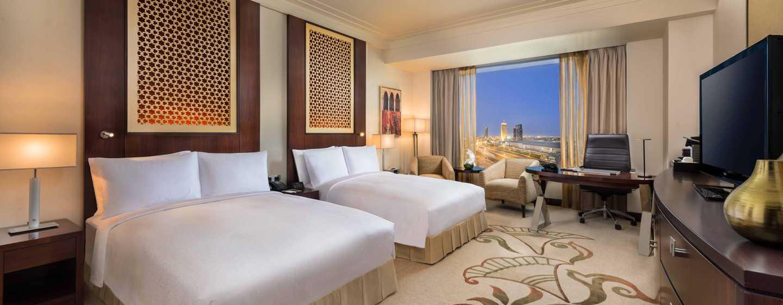 Conrad Dubai Hotel, VAE– Deluxe Zimmer mit zwei Doppelbetten und Ausblick auf die Skyline