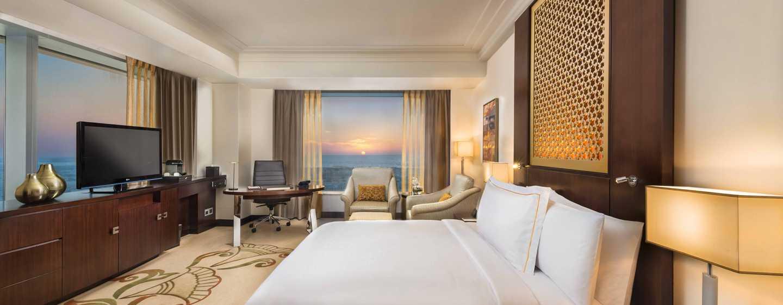 Conrad Dubai Hotel, VAE– Conrad Dubai Deluxe Eckzimmer mit King-Size-Bett