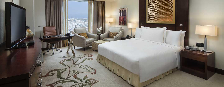 Conrad Dubai Hotel, VAE– Conrad Dubai Deluxe Zimmer mit King-Size-Bett und Meerblick