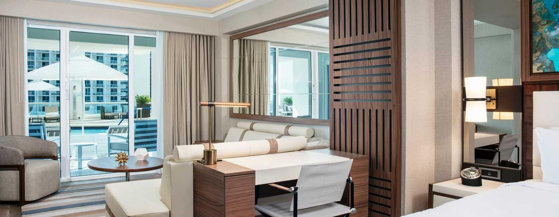 Conrad Fort Lauderdale Beach, USA– Wohnbereich des Schlafzimmers mit Blick auf den Swimmingpool