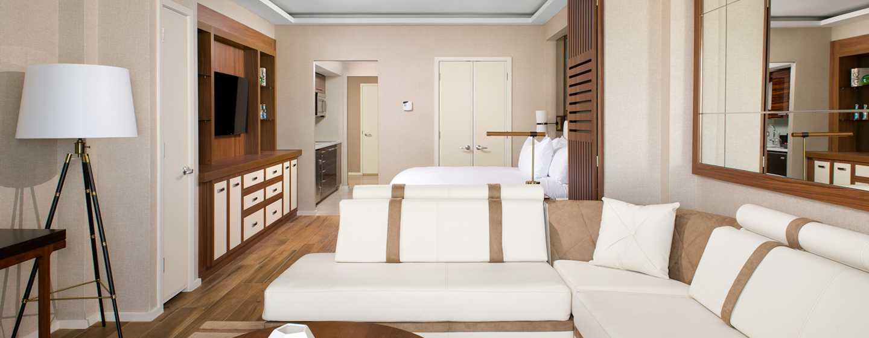 Conrad Fort Lauderdale Beach, USA– Wohnbereich mit großen Sofas und Tisch
