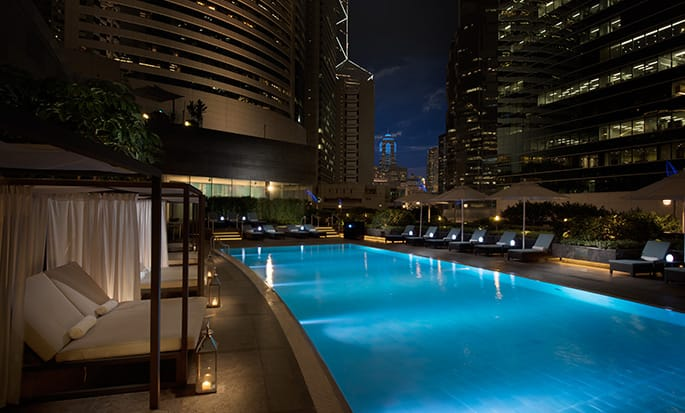 Conrad Hong Kong, China – Swimmingpool am Abend