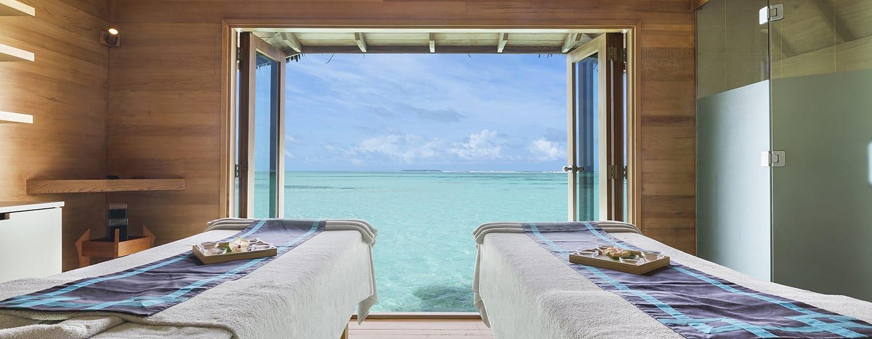 Conrad Maldives Rangali Island Hotel, Malediven – Drei Behandlungs-Pavillons verfügen über Glasböden, die Ihnen einen bezaubernden Blick auf die Unterwasserwelt gewähren.
