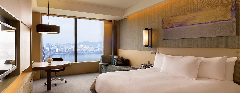 Conrad Seoul Hotel, Südkorea– Premium Zimmer mit Kingsize-Bett und Flussblick