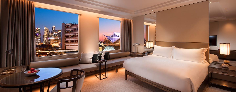 Conrad Centennial Singapore Hotel – Zimmer mit Kingsize-Bett mit Blick auf den Jachthafen
