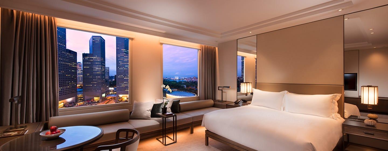 Conrad Centennial Singapore Hotel, Singapur – Executive Zimmer mit Kingsize-Bett und Blick auf Kallang