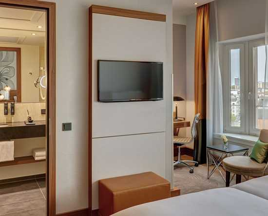 Reichshof Hamburg, Curio Collection by Hilton, Deutschland - Medium Room mit Kingsize-Bett