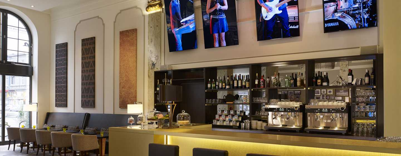 Reichshof Hamburg, Curio Collection by Hilton – Emil's Bistro & Bar in der Hotelhalle