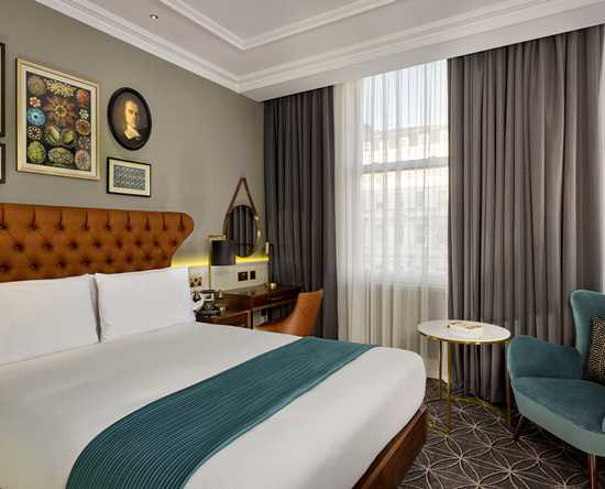 100 Queen's Gate Hotel London, Curio Collection by Hilton – Queen's Gate Luxus Zimmer mit Queensize-Bett