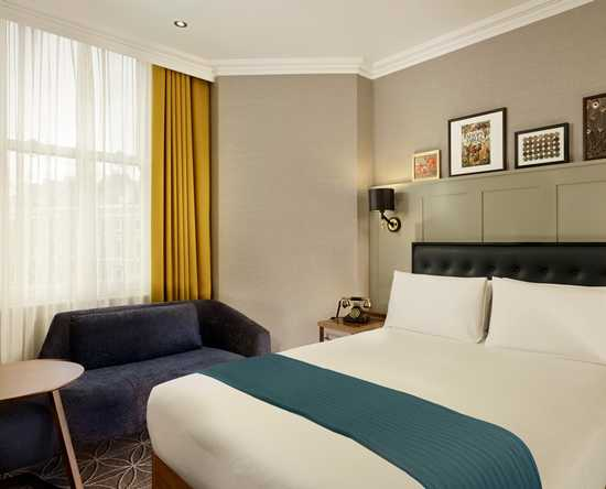 100 Queen's Gate Hotel London, Curio Collection by Hilton – Queen's Gate Deluxe Zimmer mit Queensize-Bett