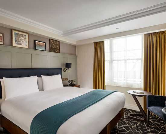 100 Queen's Gate Hotel London, Curio Collection by Hilton – Atrium Deluxe Zimmer mit Kingsize-Bett