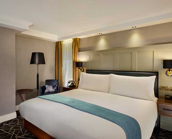 100 Queen's Gate Hotel London, Curio Collection by Hilton – Atrium Deluxe Zimmer mit Queensize-Bett