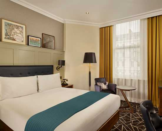 100 Queen's Gate Hotel London, Curio Collection by Hilton – Queen's Gate Luxus Zimmer mit Kingsize-Bett