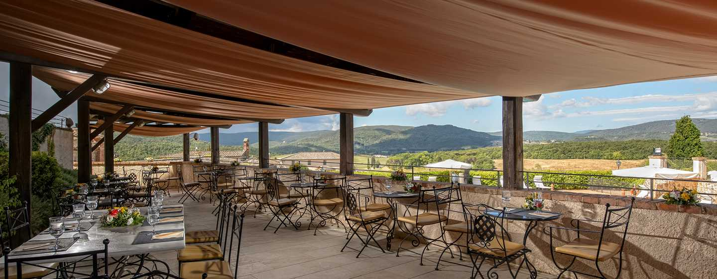 La Bagnaia Golf & Spa Resort Siena, Curio Collection by Hilton, Italien – Pool Bar & Terrace