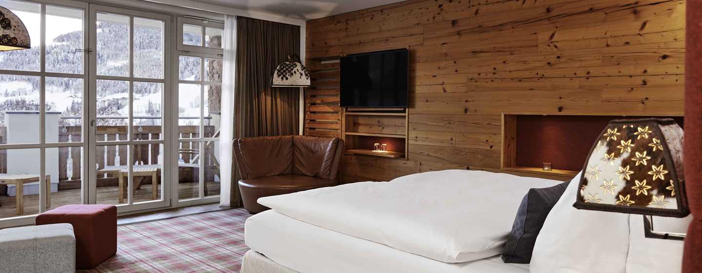 Grand Tirolia Hotel Kitzbühel, Curio Collection by Hilton, Österreich – Deluxe Zimmer mit Kingsize-Bett