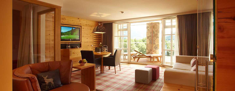 Grand Tirolia Hotel Kitzbühel, Curio Collection by Hilton, Österreich– Wohnzimmer der Junior Suite