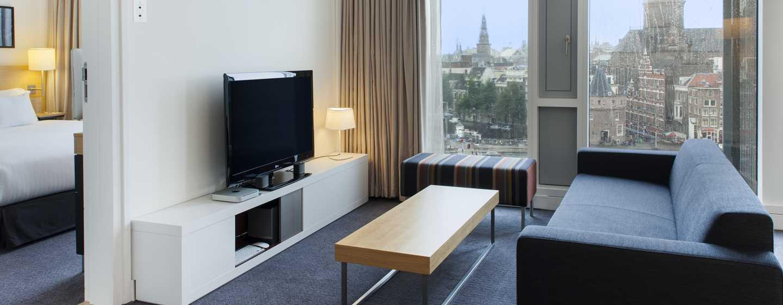 Vom Wohnzimmer der City Suite können Sie die Altstadt Amsterdams bewundern