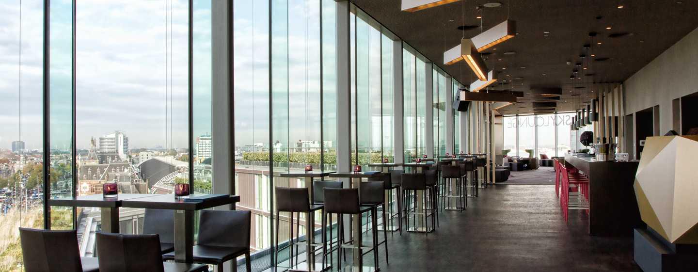 In der Sky Lounge können Sie das Panorama auf die Altstadt Amsterdams genieße