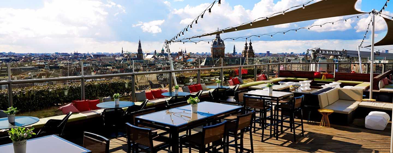 Lassen Sie sich eine Erfrischnung auf der Terrasse der Sky Lounge schmecken