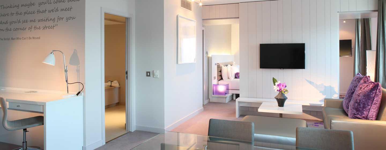 The Morrison, a DoubleTree by Hilton Hotel, Irland - Suite mit einem Schlafzimmer und King-Size-Bett sowie Flussblick
