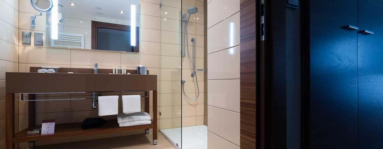 DoubleTree by Hilton Krakow Hotel & Convention Center, Polen– Badezimmer des Zimmers mit King-Size-Bett