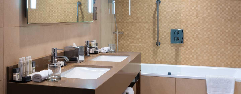 DoubleTree by Hilton Krakow Hotel & Convention Center, Polen– Badezimmer des Zweibettzimmers