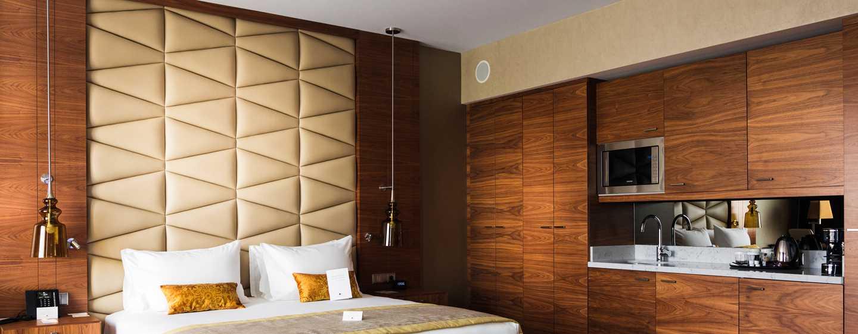 DoubleTree by Hilton Krakow Hotel & Convention Center, Polen– Junior Suite mit King-Size-Bett und Zugang zur Lounge