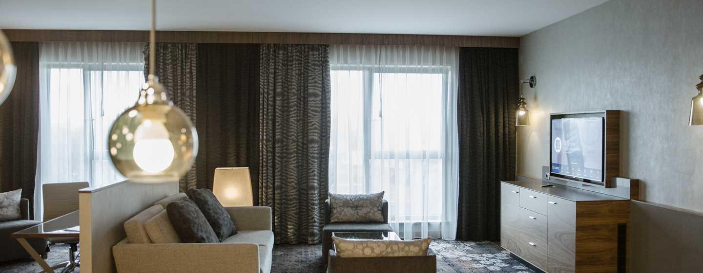 DoubleTree by Hilton Krakow Hotel & Convention Center, Polen– Suite mit einem Schlafzimmer, King-Size-Bett und Zugang zur Lounge
