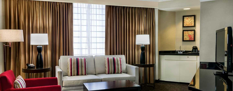 DoubleTree by Hilton Hotel Los Angeles Downtown, Vereinigte Staaten - Suite mit King-Size-Bett und Wohnzimmer
