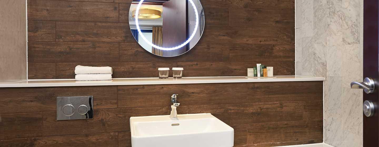 DoubleTree by Hilton Hotel London - Docklands Riverside, Großbritannien -Kürzlich renoviertes Badezimmer