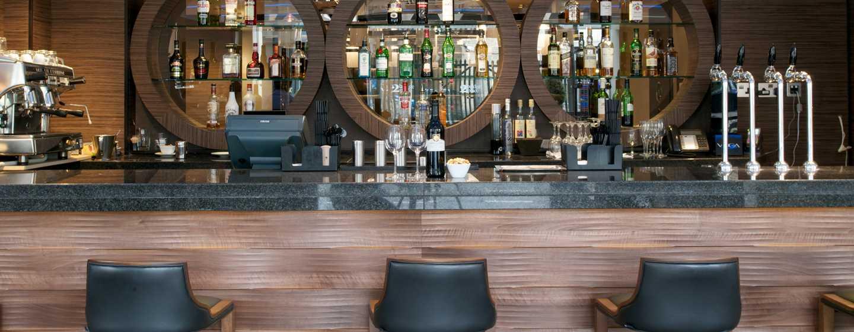 Lassen Sie sich einen Cocktail in der eleganten Bar schmecken