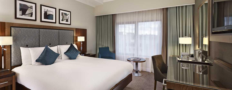 Das geräumige Zimmer mit Queen-Size-Bett ist mit einem großen Flachbildfernseher ausgestattet