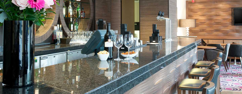 An der Bar wird Ihnen eine große Auswahl an Drinks angeboten