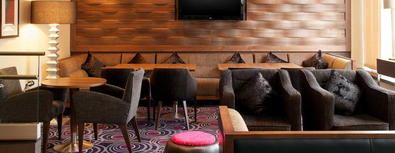 In der 2 Bridge Place Lounge Bar verpassen Sie dank großer Fernseher kein sportliches Event