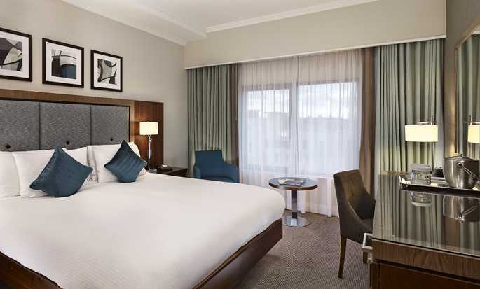 DoubleTree by Hilton Hotel London - Victoria, GB - Zimmer mit Queen-Size-Bett