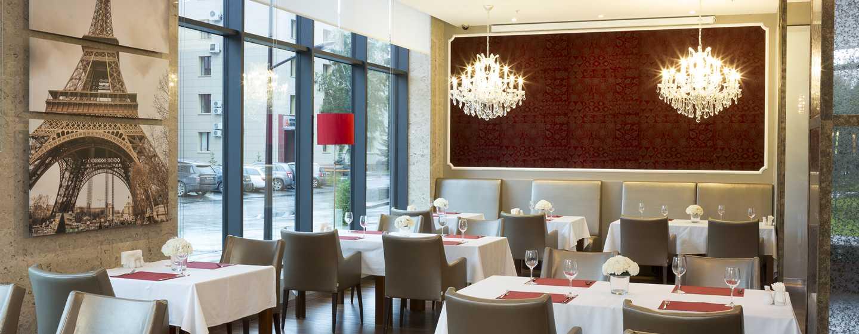 Doubletree By Hilton Novosibirsk Hotel, Russland– Kronleuchter im Restaurant Paris