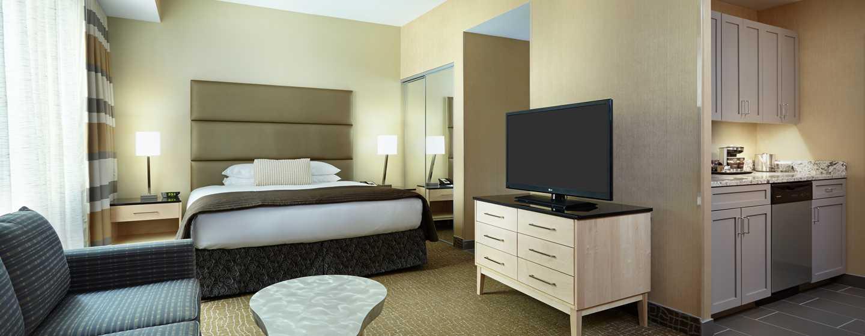 DoubleTree by Hilton Hotel Philadelphia Center City, Pennsylvania, USA– Suite mit einem King-Size-Bett und Küche