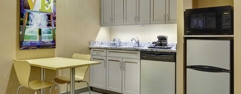 DoubleTree by Hilton Hotel Philadelphia Center City, Pennsylvania, USA– Küche der Suite mit zwei Queen-Size-Betten