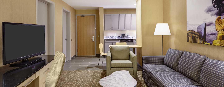 DoubleTree by Hilton Hotel Philadelphia Center City, Pennsylvania, USA– Wohnbereich der Suite mit King-Size-Bett