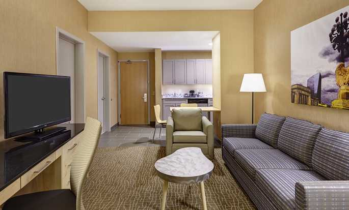 DoubleTree by Hilton Hotel Philadelphia Center City, Pennsylvania, USA – Wohnbereich der Suite mit King-Size-Bett