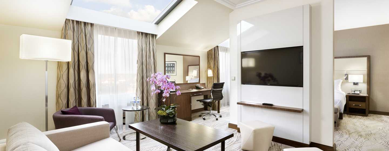 Entspannen Sie im großzügigen Deluxe Zimmer mit abgetrenntem Wohnbereich mit Sofa