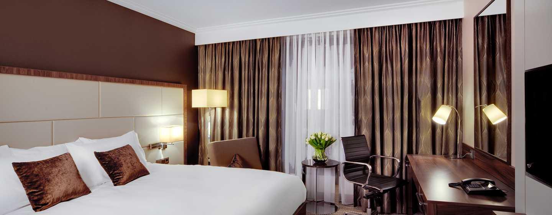 Auf dem großen Bett können Sie nach einem anstrengenden Tag relaxen