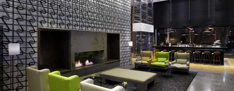 Die schöne Lobby mit bequemen Sesseln und einem Kamin läd zum verweilen ein