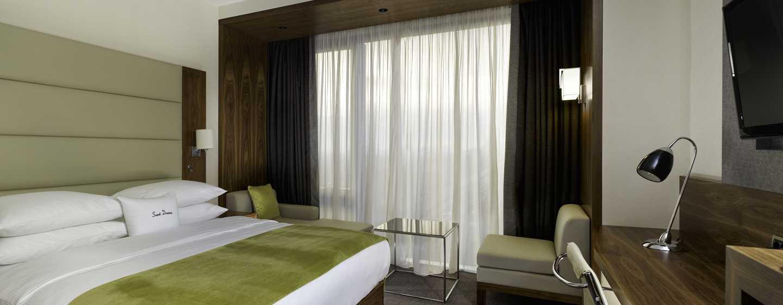 Genießen Sie Schlafkomfort in einem der Zimmer mit King-Size-Bett