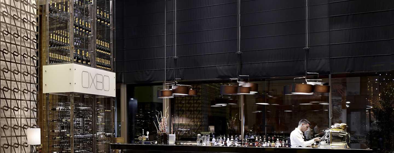 Lassen Sie sich im Barbereich des Restaurants einen köstlichen Cocktail schmecken