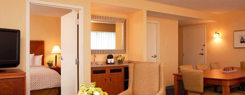 Embassy Suites Boston – at Logan Airport Hotel, Massachusetts, USA– Executive Suite mit King-Size-Bett