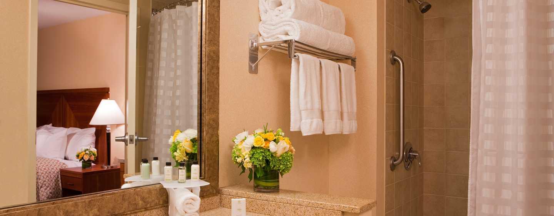 Embassy Suites Boston – at Logan Airport Hotel, Massachusetts, USA – Badezimmer eines Standard Zimmers