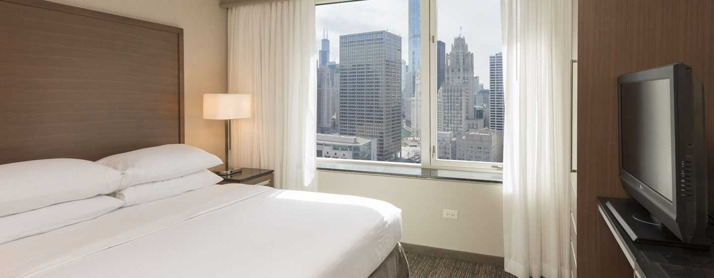 Embassy Suites Chicago Downtown Magnificent Mile Hotel, Illinois, USA– Zimmer mit King-Size-Bett und Stadtblick