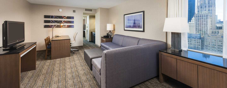 Embassy Suites Chicago Downtown Magnificent Mile Hotel, Illinois, USA– Schlafzimmer des Eckzimmers mit King-Size-Bett